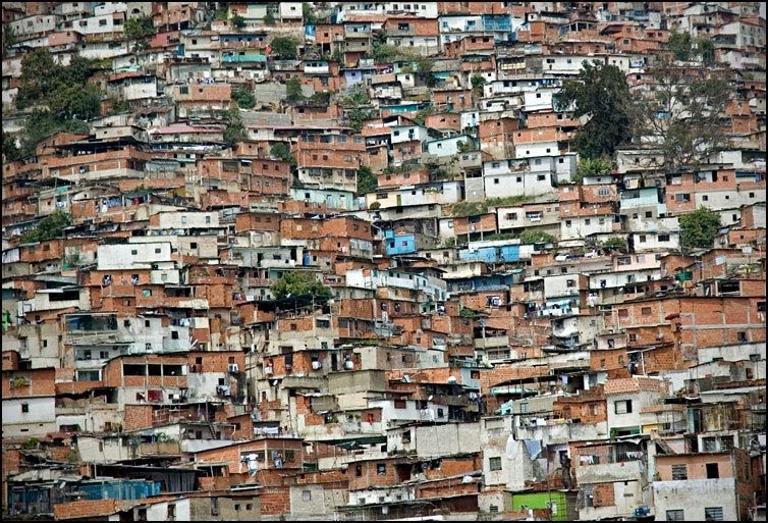 Caos urbano, las casas apiladas unas sobre otras
