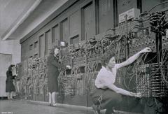 mujeres manipulando las conecciones de la ENIAC II