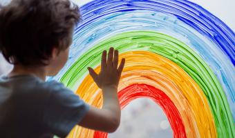 niño tocando un arco iris