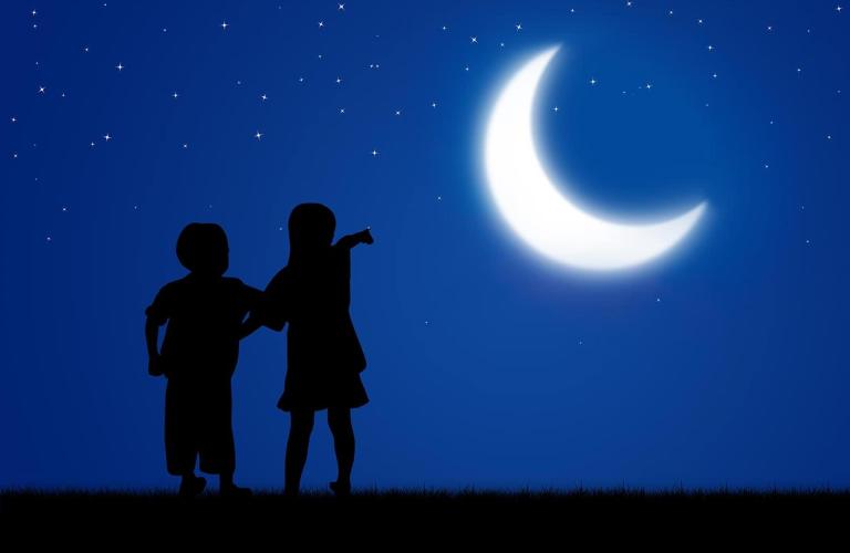 niños señalando la luna