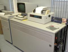 sistema IBM 4331 con teclado, monitor e impresora